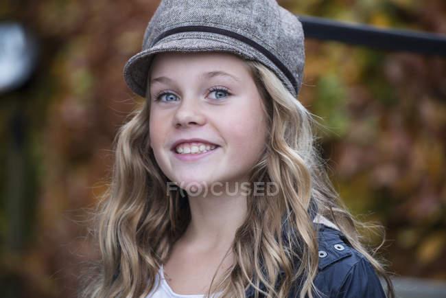 Портрет Блондинка Дівчинка в Бейкер хлопчик cap — стокове фото