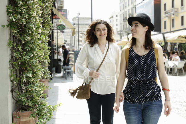 Two women strolling along city street, Milan, Italy — Stock Photo