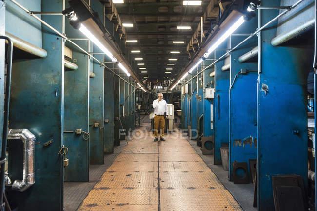 Male worker in rubber roller factory — Photo de stock