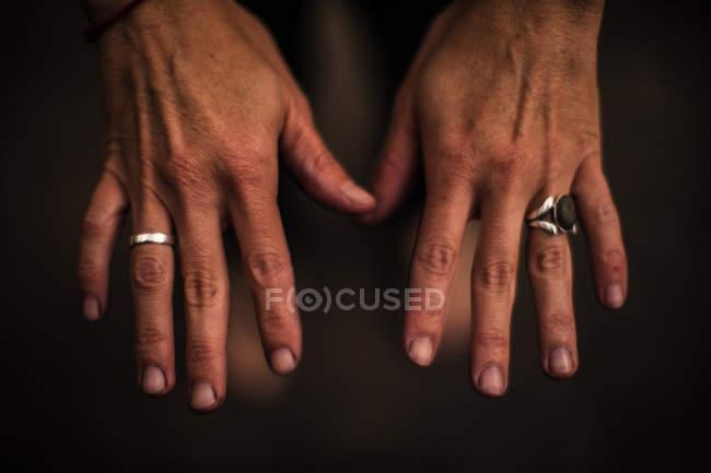 Fleckige Hände einer Winzerin im Weinberg — Stockfoto