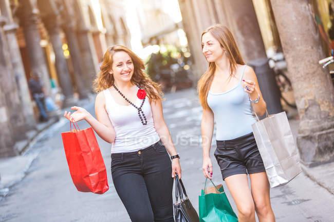 Друзья по шопингу в городе — стоковое фото