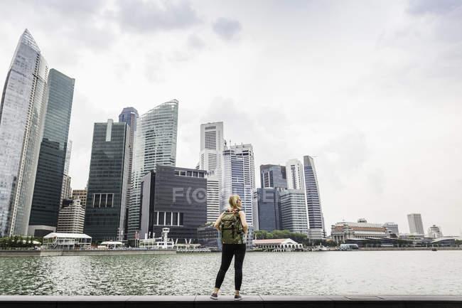 Rückansicht einer Touristin mit Singapore-Skyline, Marina Bay — Stockfoto