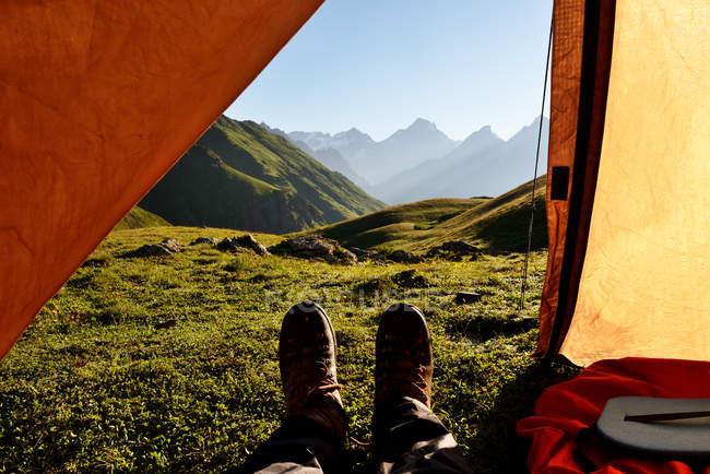 Punto di vista, uomo piedi sdraiato in tenda, Caucaso, Svaneti, Georgia — Foto stock