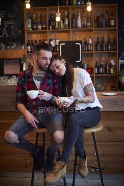 Пара сидячи на стільці в кафе, голову на плече — стокове фото