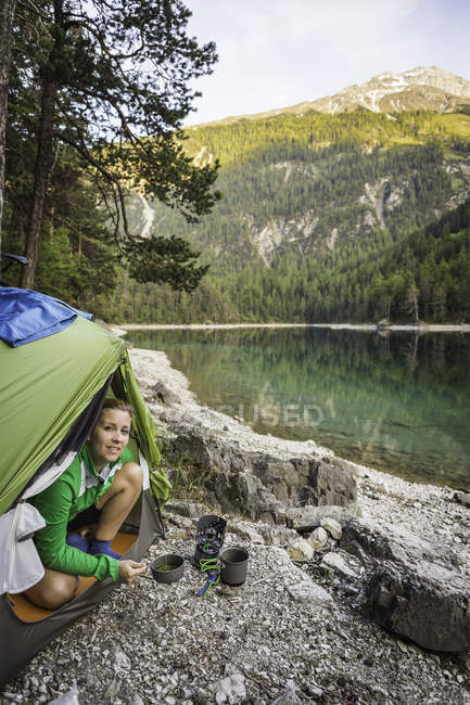 Mulher na barraca por água, Leermoos, Tirol, Áustria — Fotografia de Stock
