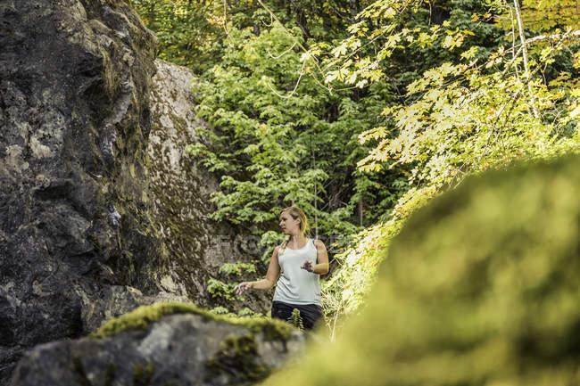 Boulderer femminile che si prepara dal masso, Horne Lake Caves Provincial Park, Vancouver Island, British Columbia, Canada — Foto stock
