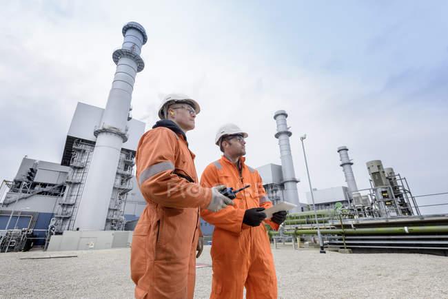 Travailleurs des centrales au gaz — Photo de stock