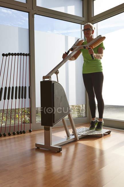 Reife Frau Gewichtheber Übung am Gym Trainingsgerät — Stockfoto