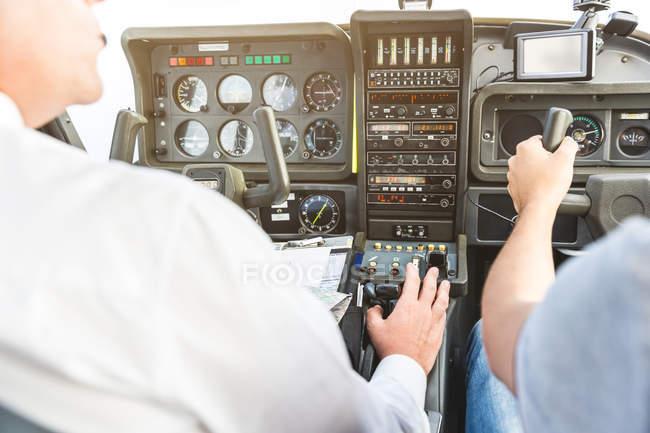 Задній вид на двох чоловіків, політ літаків — стокове фото