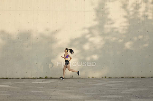 Вид сбоку на женские пробежки — стоковое фото