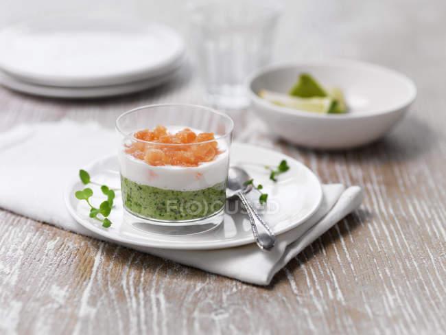 Entrée de saumon pois et wasabi avec cuillère sur assiette — Photo de stock