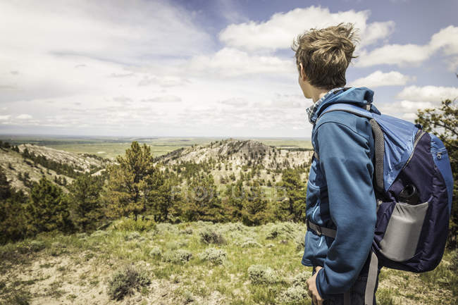 Male teenage hiker looking at landscape, Cody, Wyoming, USA — Stock Photo