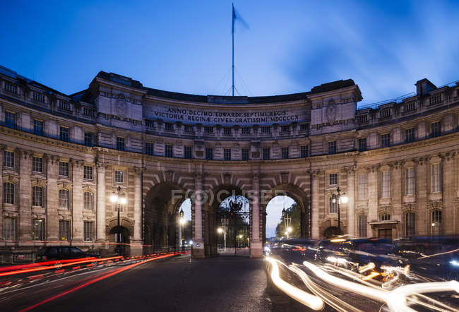 Traffic light trails at Admiralty Arch at dusk, London, UK — Stock Photo