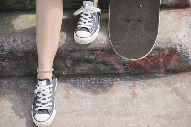 Ноги жіночий Скейтбордист з скейтборд на крок — стокове фото