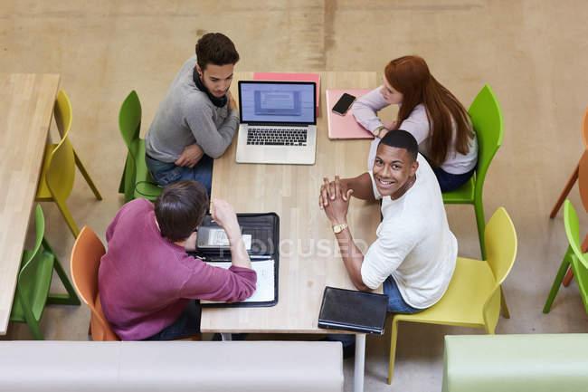 Завершальний вид студентів чоловічої та жіночої статі на мозковий штурм у навчальному просторі вищої освіти. — стокове фото