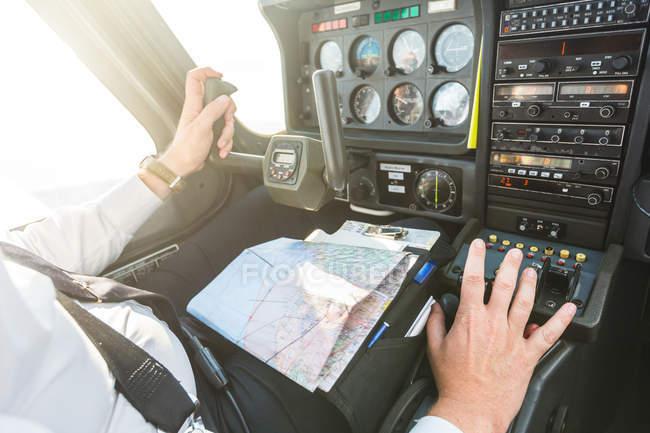 Piloto en la cabina de la aeronave, en vuelo - foto de stock