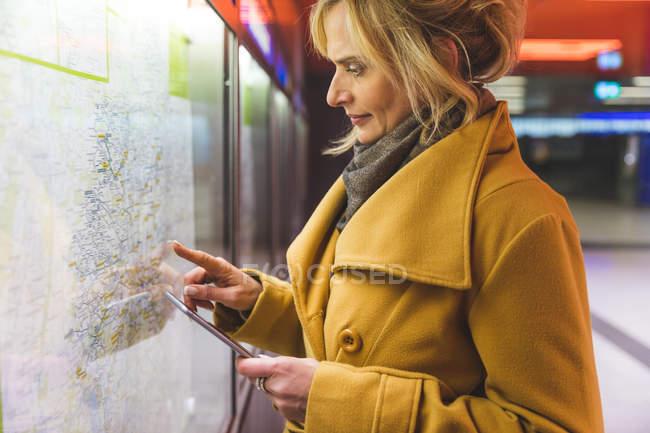Женщина указывая на проезда в метро — стоковое фото