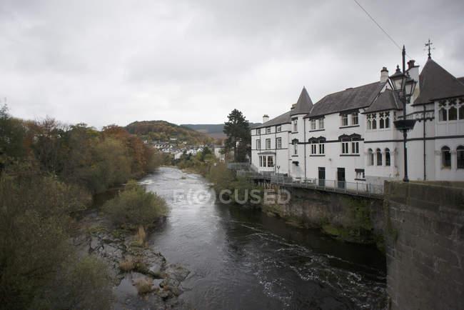 Vue sur la rivière Dee et maison traditionnelle, Llangollen, au pays de Galles du Nord — Photo de stock