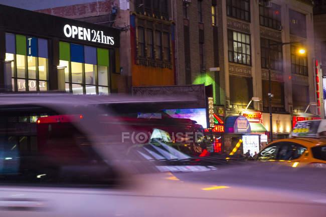 Movimento borrado de táxis na rua à noite, Nova Iorque, EUA — Fotografia de Stock