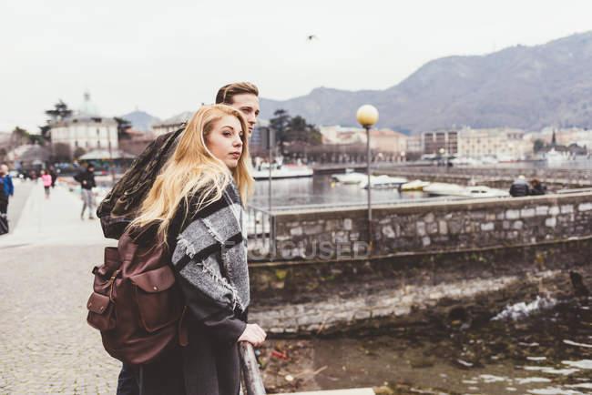 Junges paar auf der Suche über die Schulter am See, Comer See, Italien — Stockfoto