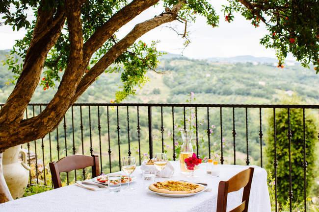 Al aire libre terraza mesa rústica pizza y Ensalada caprese, Cilento, Italia - foto de stock