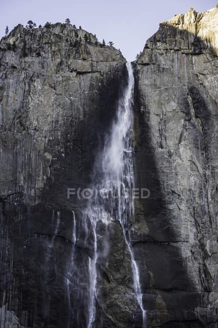 Imposante cascade de visage rock, Parc National de Yosemite, Californie, é.-u. — Photo de stock