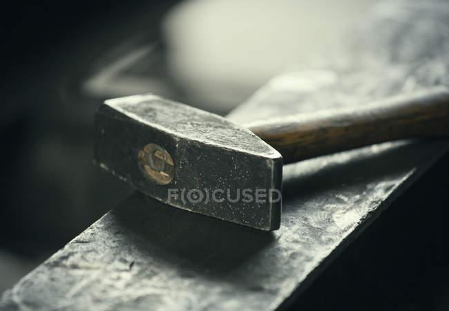 Молот на ковадлі заліза — стокове фото