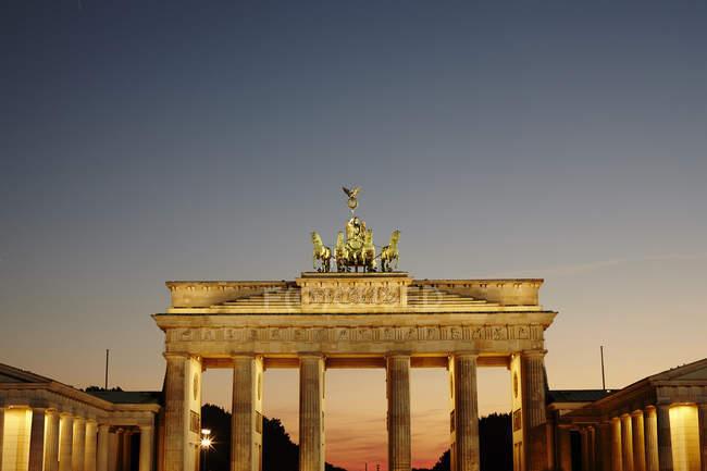 Brandenburger Tor bei Sonnenuntergang beleuchtet, berlin, deutschland — Stockfoto