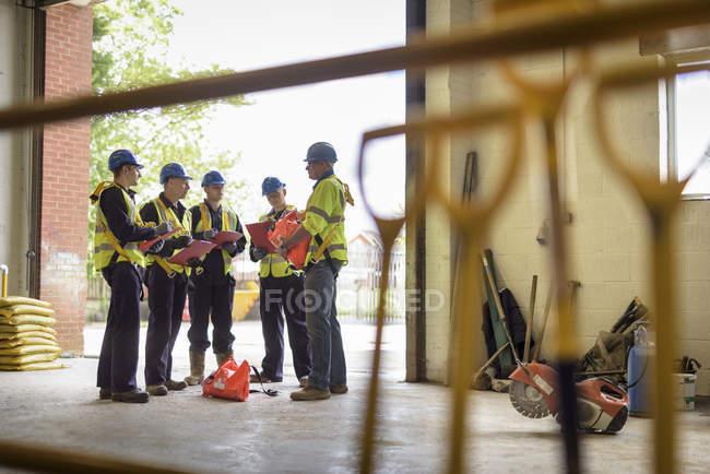 Ученики строителей в презентации в учебном заведении — стоковое фото