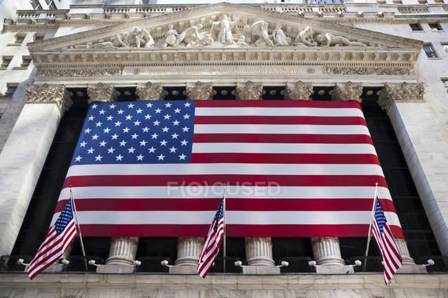Вид на американские флаги на Нью-Йоркской фондовой бирже, Нью-Йорк, США — стоковое фото