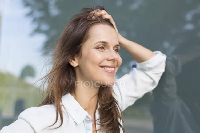 Деловая женщина с волосами за пределами аэропорта — стоковое фото