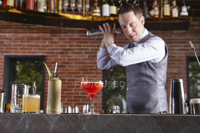 Barkeeper schüttelt Cocktailshaker in Bar — Stockfoto