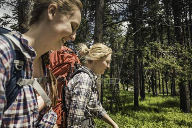 Adolescente et jeune randonneuse dans la forêt, Red Lodge, Montana, USA — Photo de stock