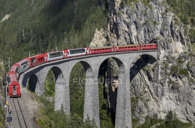 Train sur le viaduc de Landwasser, Splugen, Filisur, Canton des Grisons, Suisse — Photo de stock