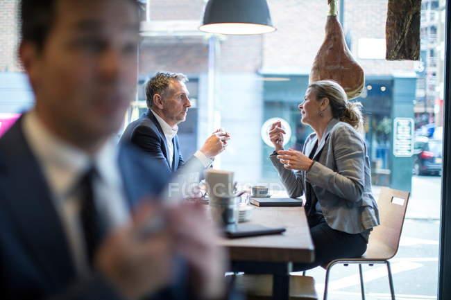 Бизнесвумен и мужчина за рабочим обедом в ресторане — стоковое фото