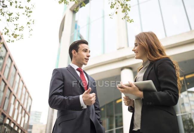 Gli uomini d'affari in città a chiacchierare — Foto stock