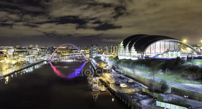 Tyne Bridge, Millennium Bridge, Sage building and River Tyne, la nuit, Newcastle, Royaume-Uni — Photo de stock