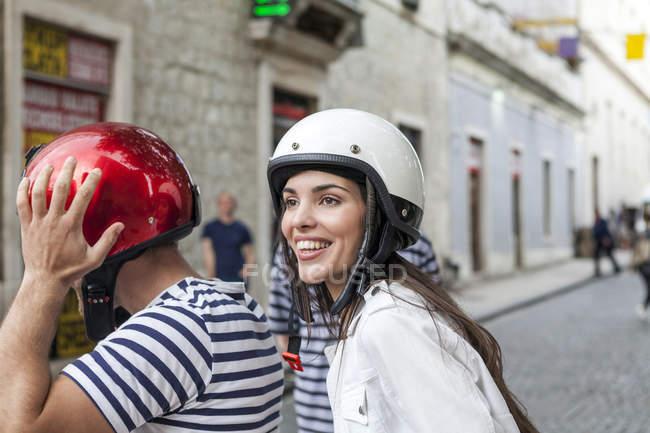 Jeune couple riding cyclomoteur par village, Split, Dalmatie, Croatie — Photo de stock