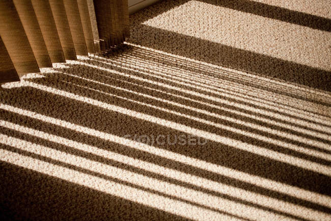 Finestre tende ombra gettare su moquette — Foto stock