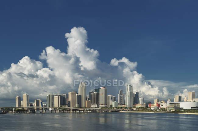 Vue éloignée de la skyline de Miami par jour, Floride, é.-u. — Photo de stock