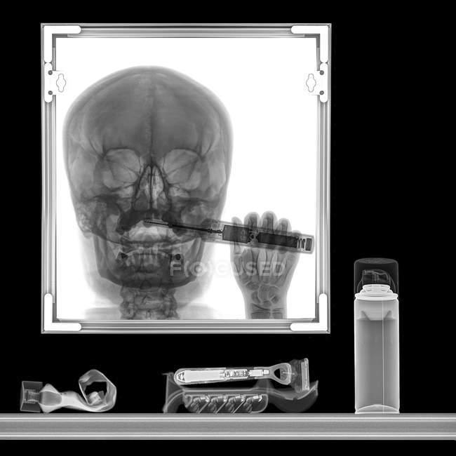 Rayos X de la persona cepillándose los dientes en el espejo del baño - foto de stock