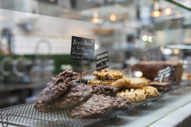 Cafétheke mit gestapelten Keksen und Keksen — Stockfoto