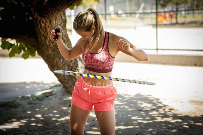 Hula-Hoop-Reifen für junge Frau — Stockfoto