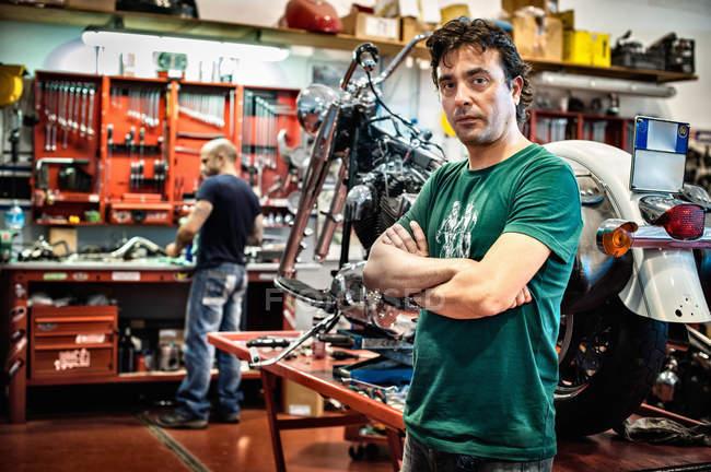 Портрет чоловічого механіка в мотоциклі семінар — стокове фото