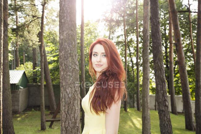 Портрет молодой женщины в парке — стоковое фото