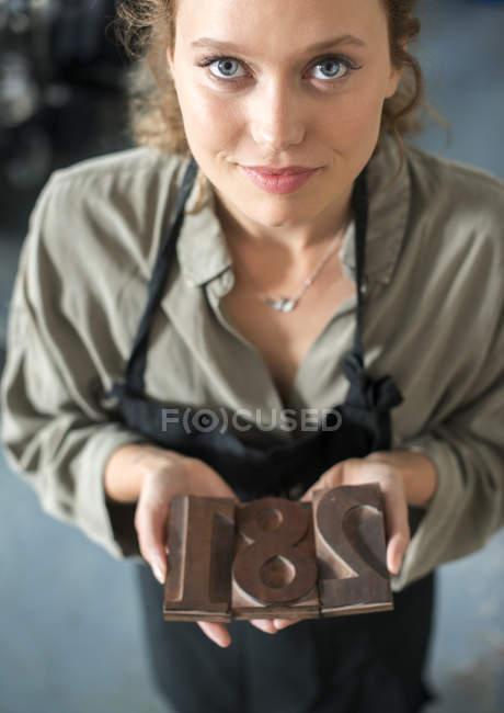 Femme tenant atelier traditionnel chiffres letterpress — Photo de stock