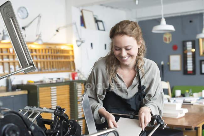 Imprimante femelle insertion de papier pour impression machine en atelier — Photo de stock