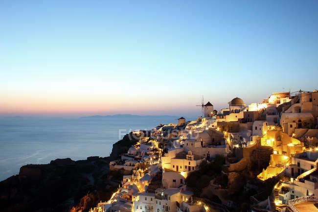 Ville de Oia au coucher du soleil, Santorin, Iles des Cyclades, Grèce — Photo de stock