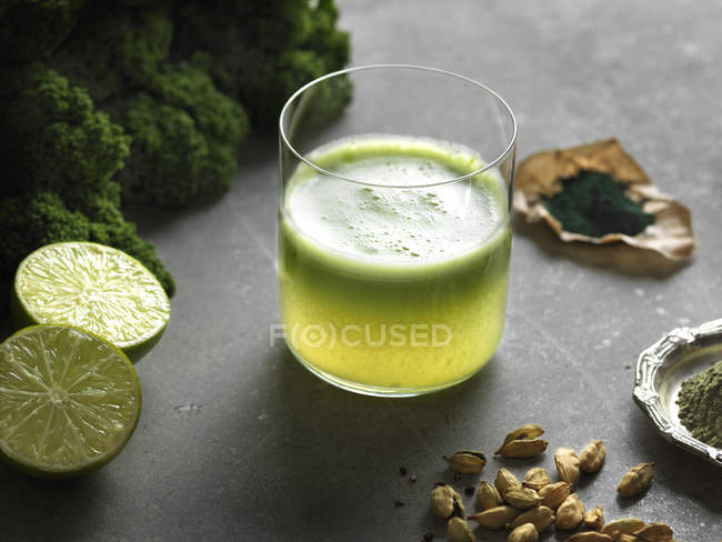 Green raw juice with lime — Stock Photo