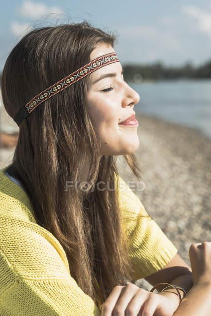 Giovane donna con gli occhi chiusi indossando fascia — Foto stock